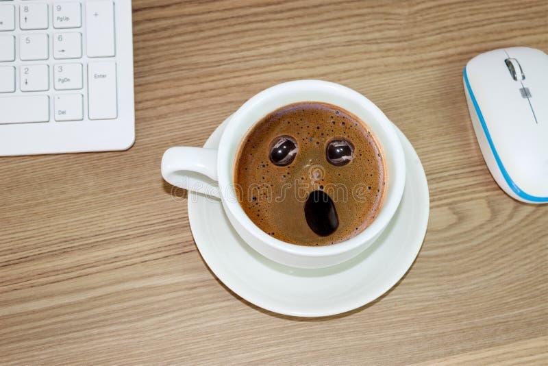 Koffiekop met verbaasde uitdrukking binnen in roomkoffie royalty-vrije stock afbeeldingen