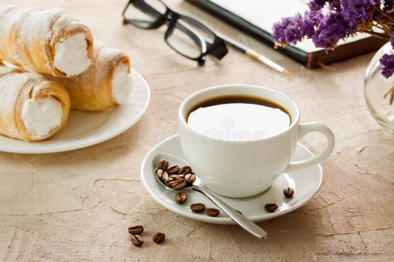 Koffiekop met zadenbroodjes met de tijd van het roomontbijt royalty-vrije stock afbeelding