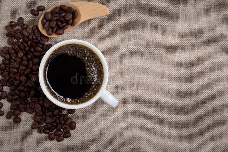 Koffiekop op juteachtergrond stock foto