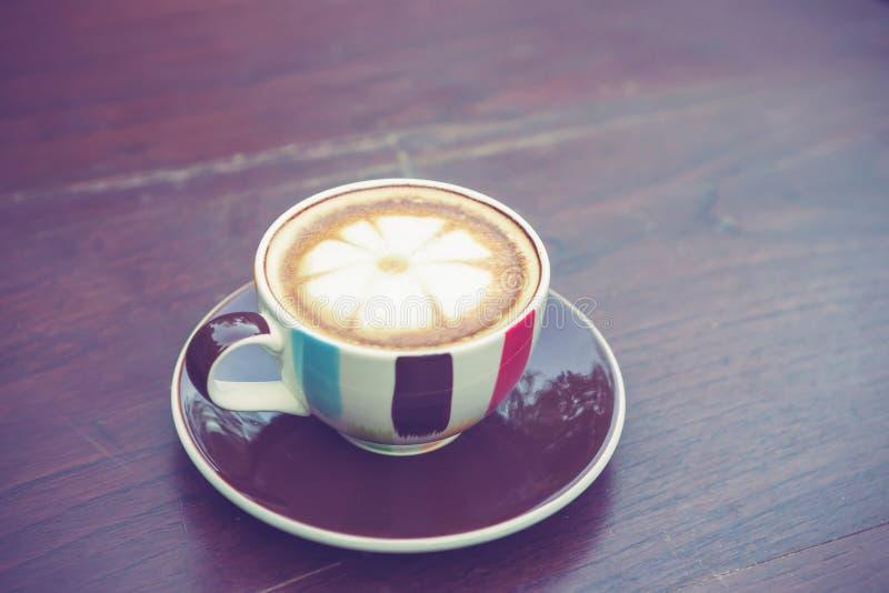 Koffiekop op lijst in koffie met uitstekende kleurentoon royalty-vrije stock afbeeldingen