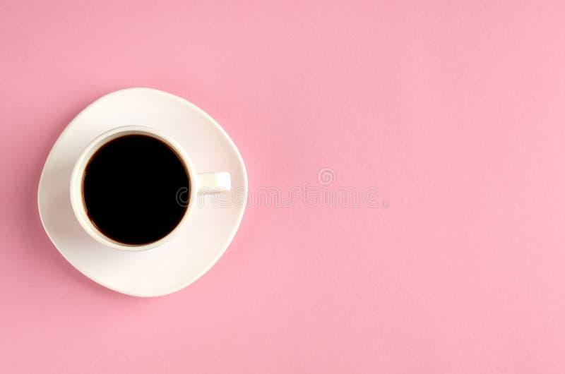 Koffiekop op roze samenstelling als achtergrond Vlak leg stock fotografie
