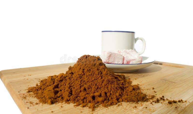 Koffiekop, rakhat-lukum op plaat op houten lijst royalty-vrije stock foto's