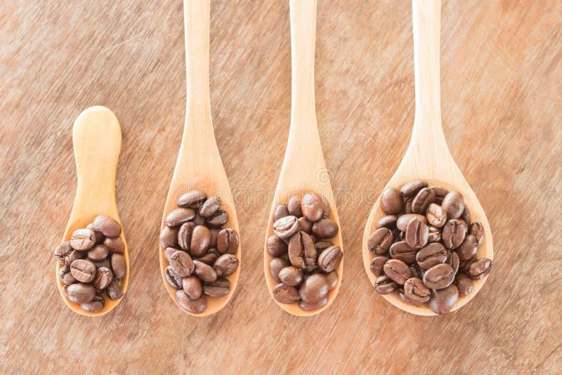 Koffielepels op grunge houten lijst royalty-vrije stock afbeeldingen