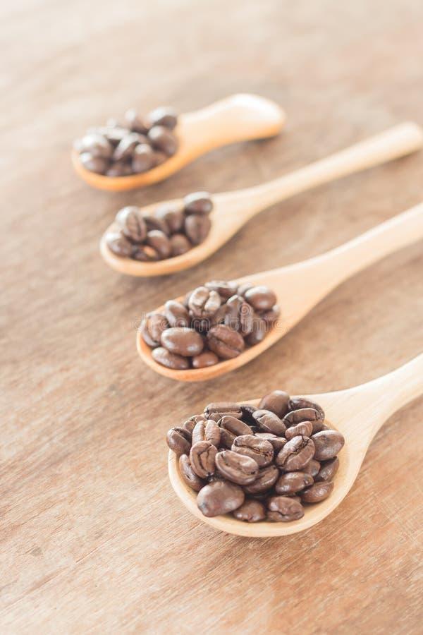 Koffielepels op grunge houten lijst stock foto