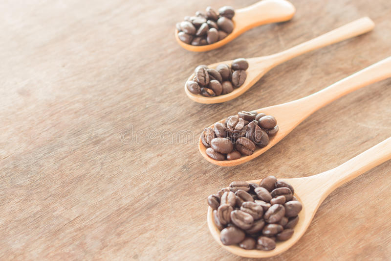 Koffielepels op grunge houten lijst royalty-vrije stock foto