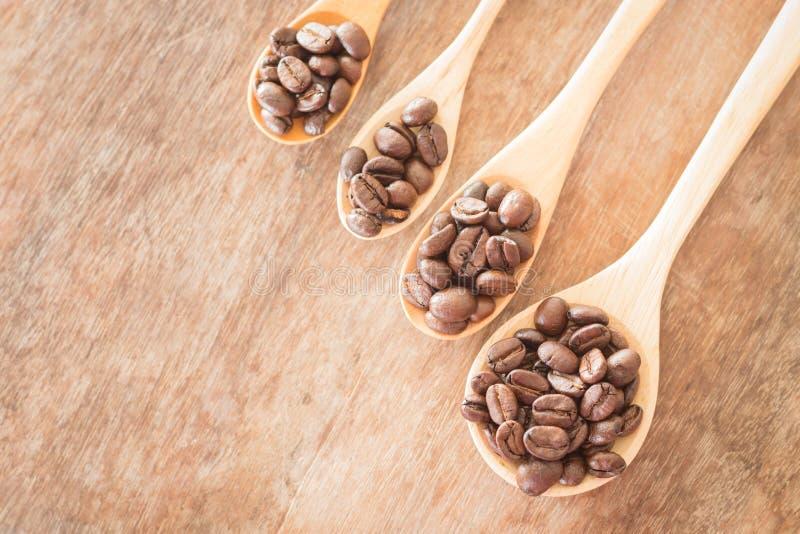 Koffielepels op grunge houten lijst stock fotografie