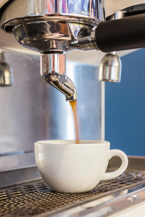 Koffiemachine die espresso in een koffie maken stock fotografie