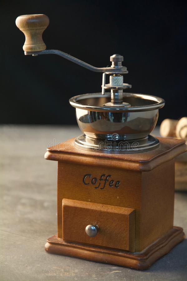 Koffiemachine met firewoods bij een zwarte achtergrond voor een verticaal schot stock fotografie