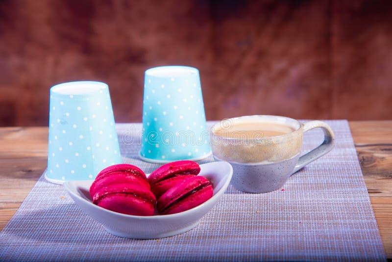 Koffiemelk en koekjes op bruine achtergrond royalty-vrije stock afbeeldingen