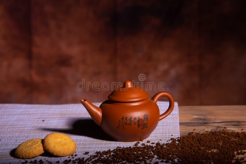 Koffiemelk en koekjes op bruine achtergrond stock afbeelding