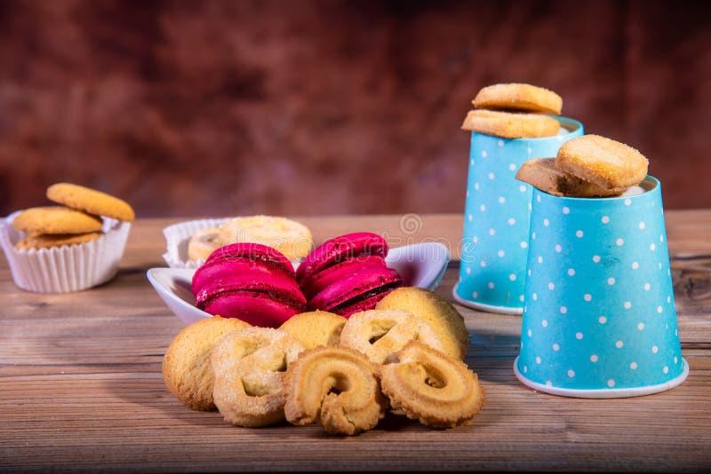 Koffiemelk en koekjes op bruine achtergrond royalty-vrije stock foto's