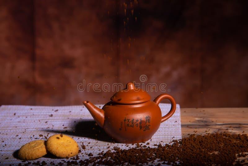 Koffiemelk en koekjes op bruine achtergrond royalty-vrije stock foto