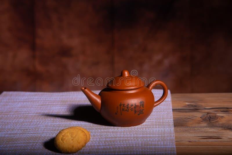 Koffiemelk en koekjes op bruine achtergrond royalty-vrije stock afbeelding