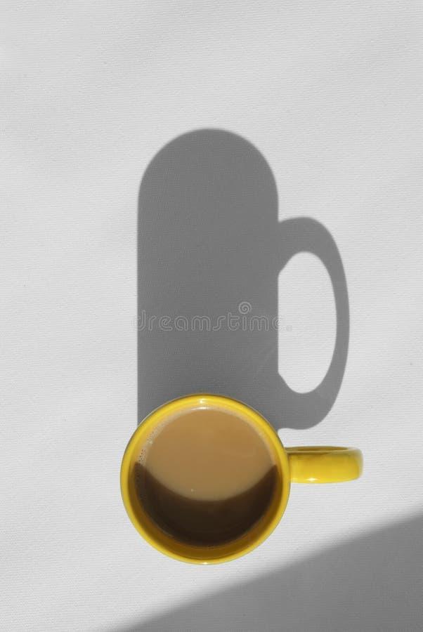 Koffiemok met cappuccino, boven mening stock afbeeldingen