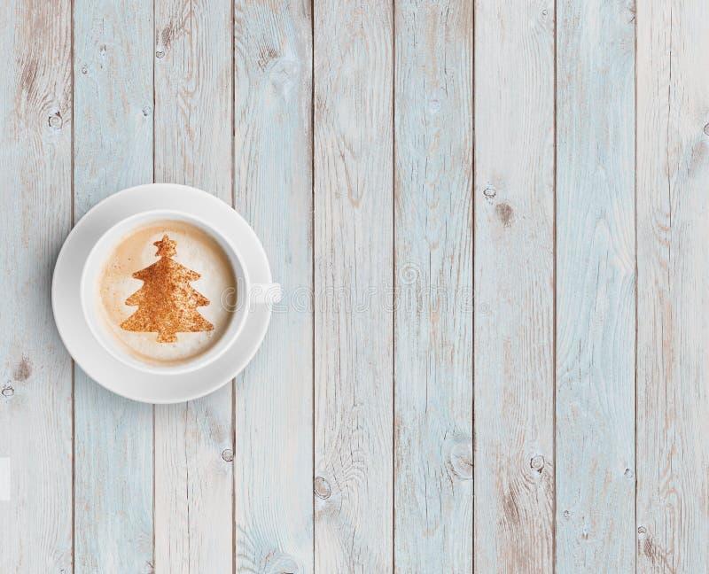 Koffiemok met Kerstmisboom op witte houten lijst royalty-vrije stock foto