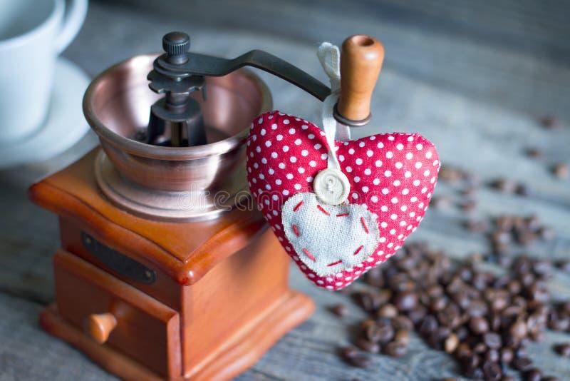 Koffiemolen en hart retro uitstekend abstract stilleven stock fotografie
