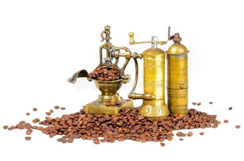 Koffiemolennen met Bonen op Wit stock afbeelding