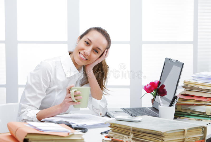 Koffiepauze in bureau stock afbeeldingen