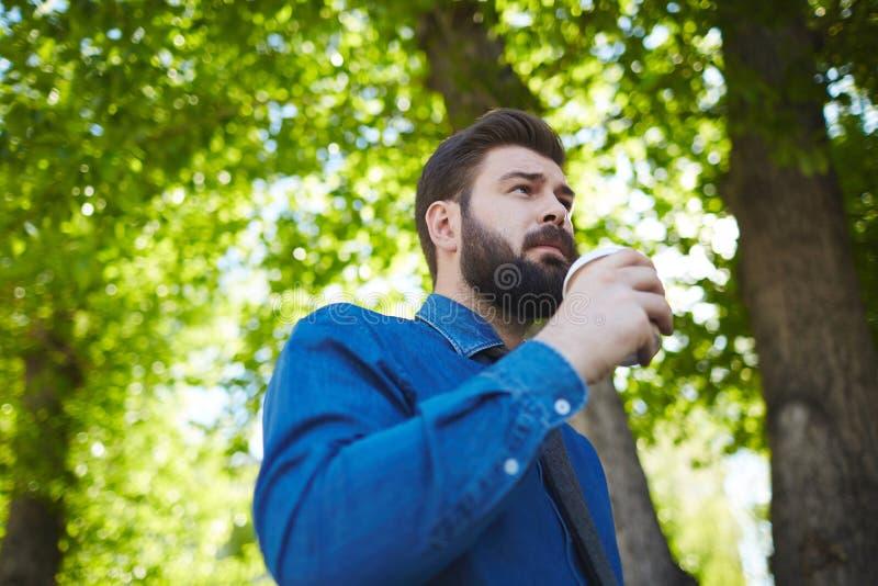 Koffiepauze in de lentepark royalty-vrije stock afbeeldingen