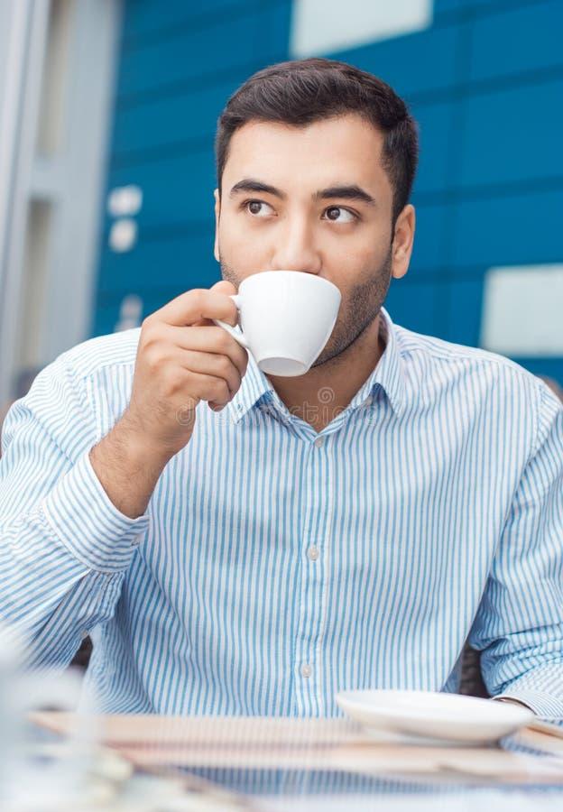 Koffiepauze, mens die de rusten met warm drinkt royalty-vrije stock fotografie
