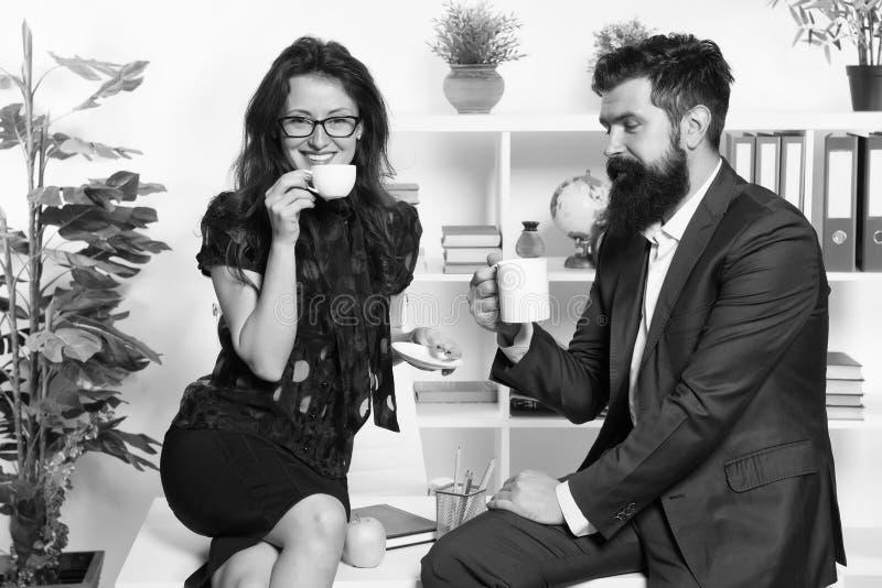 Koffiepauze met collega Man en vrouwen prettig gesprek tijdens koffiepauze Het bespreken van bureaugeruchten Vraag om stock afbeeldingen