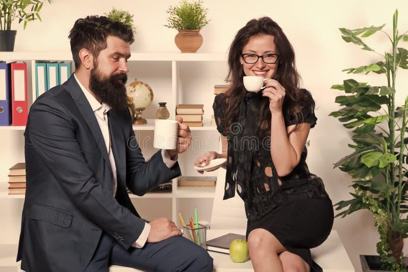 Koffiepauze met collega Man en vrouwen prettig gesprek tijdens koffiepauze Het bespreken van bureaugeruchten Vraag om stock foto's