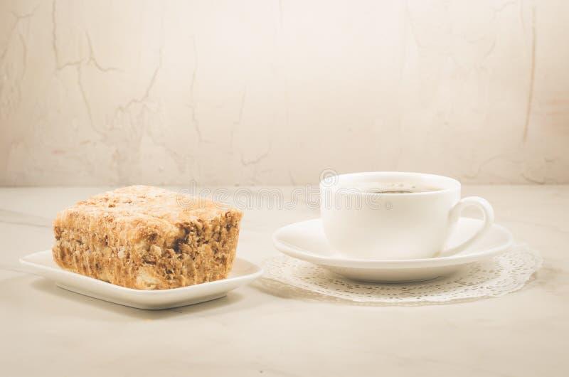 koffiepauze met een dessert/koffiekop en dessert op een witte achtergrond Selectieve nadruk stock foto