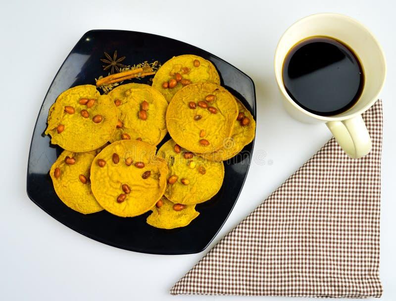 Koffiepauze met traditioneel voedsel in Maleisië, rempeyek stock foto's