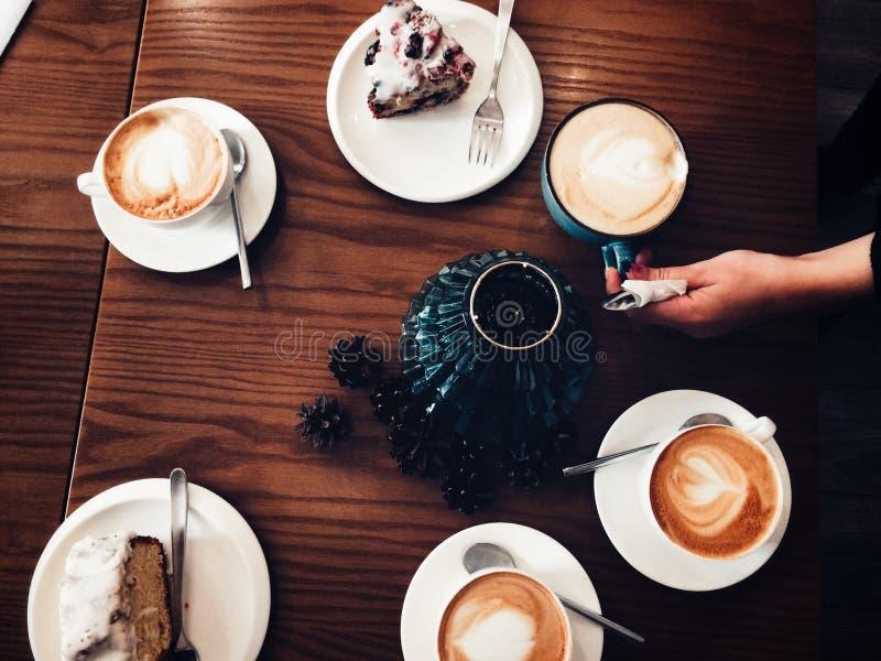 Koffiepauze met vrienden na bezige ochtend royalty-vrije stock afbeeldingen
