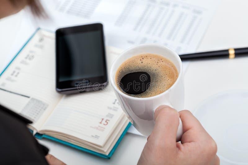 Koffiepauze op het werk royalty-vrije stock afbeeldingen