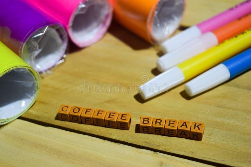 Koffiepauze op houten kubussen met kleurrijk document en pen, Concepteninspiratie op houten achtergrond royalty-vrije stock afbeeldingen