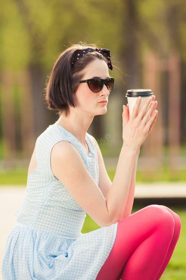 Koffiepauzeconcept met vrouw het drinken buiten espresso stock foto