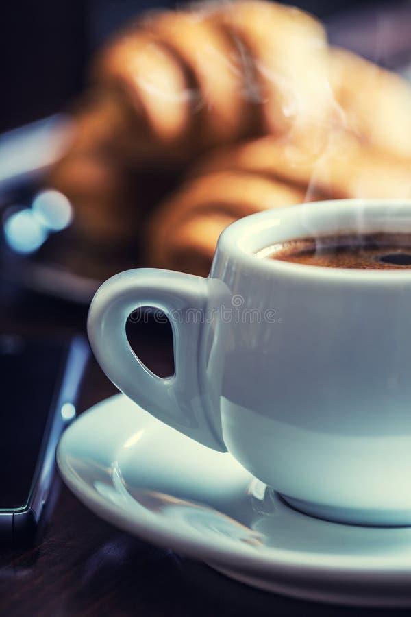 Koffiepauzezaken Kop van koffie mobiele telefoon en krant stock afbeelding