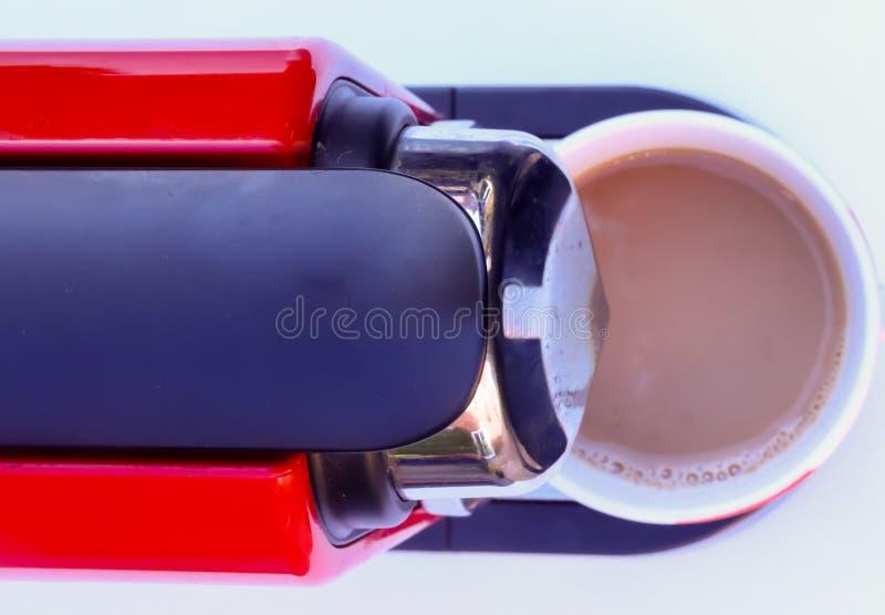 Koffiepeul die machine op een witte achtergrond maken royalty-vrije stock fotografie