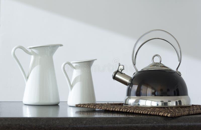 Koffiepot en twee theepotten op de lijst royalty-vrije stock foto's