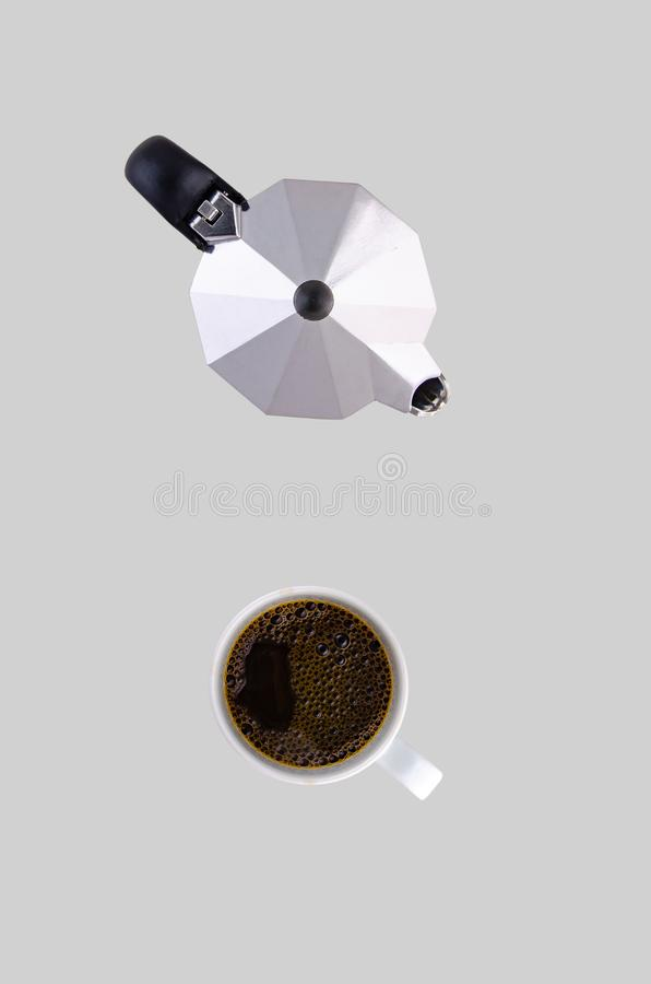 Koffiepot en witte kop op een schotel op een grijze achtergrond royalty-vrije stock foto