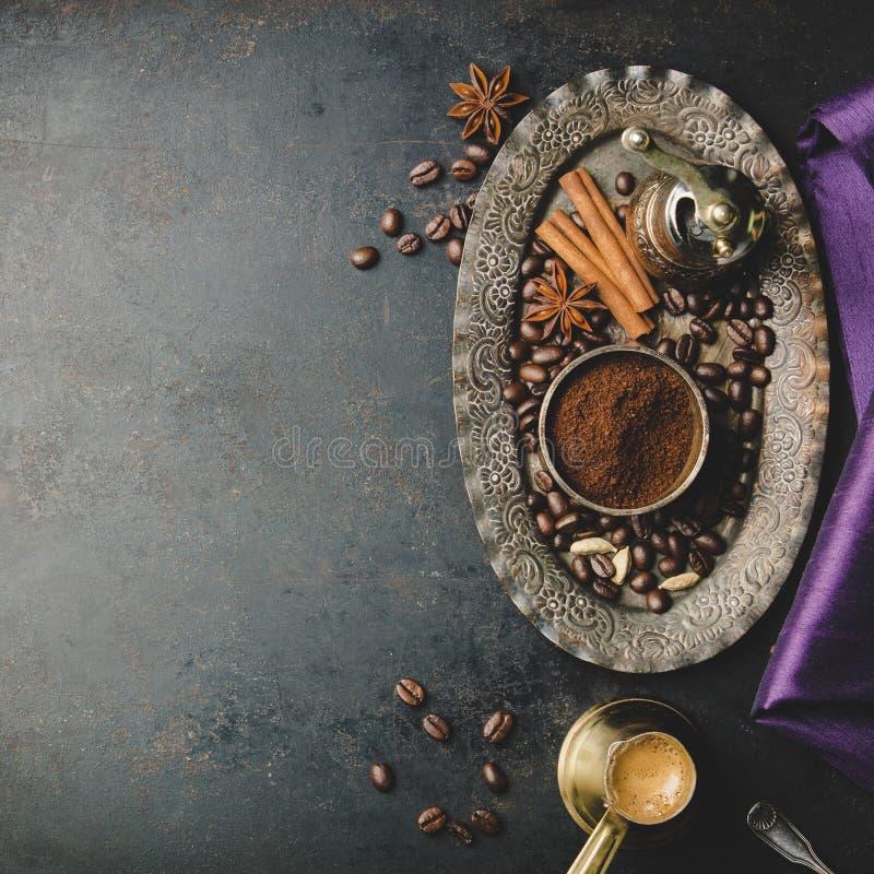 Koffiesamenstelling met uitstekende handkoffiemolen stock foto