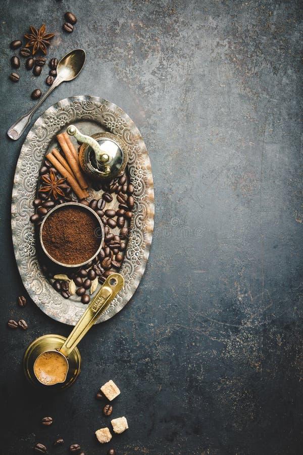 Koffiesamenstelling met uitstekende handkoffiemolen stock afbeelding