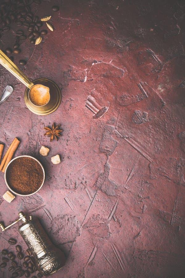 Koffiesamenstelling met uitstekende handkoffiemolen royalty-vrije stock foto's
