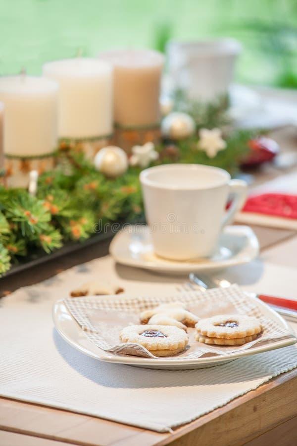 Koffietafel met Kerstmiskoekjes stock foto's