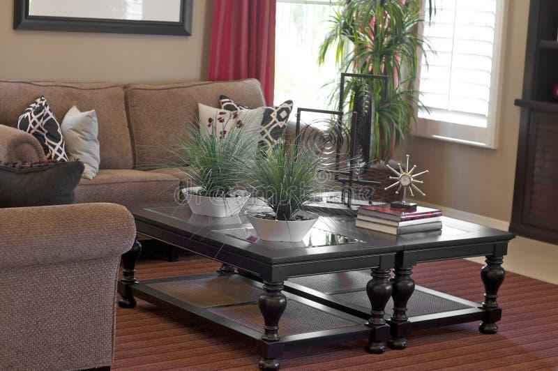 Koffietafel in modern huis stock afbeelding