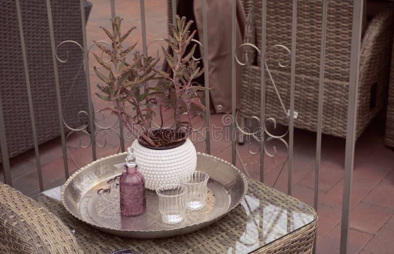 Koffietafel op de veranda, de Skandinavische decoratie van het stijlhuis royalty-vrije stock foto