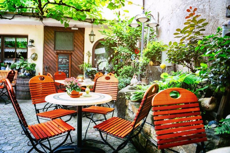 Koffieterras in kleine Europese stad stock fotografie