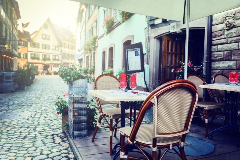 Koffieterras in kleine Europese stad stock foto