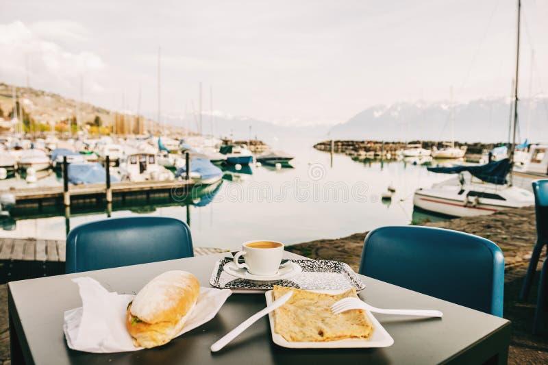 Koffietijd met snacks door het meer, beeld in Lutry, Vaud, Lausanne, Zwitserland wordt genomen dat stock foto