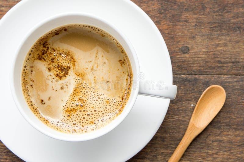 Koffietijd, onmiddellijke koffie witte kop op houten lijst, koffiebr stock foto's