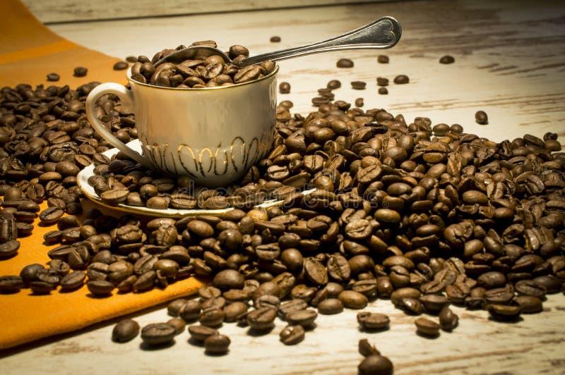 Koffieverslaving Stilleven met een koffie op de lijst stock foto's