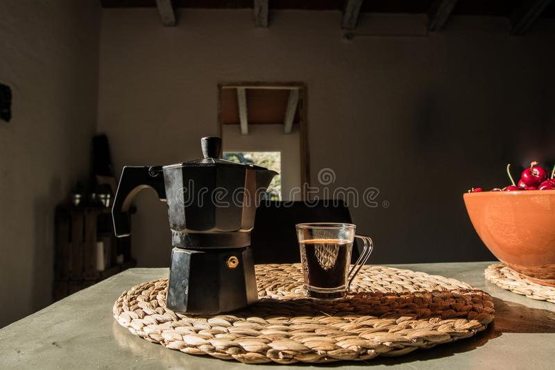 Koffiezetapparaat en een kop van koffie op een lijst royalty-vrije stock foto's