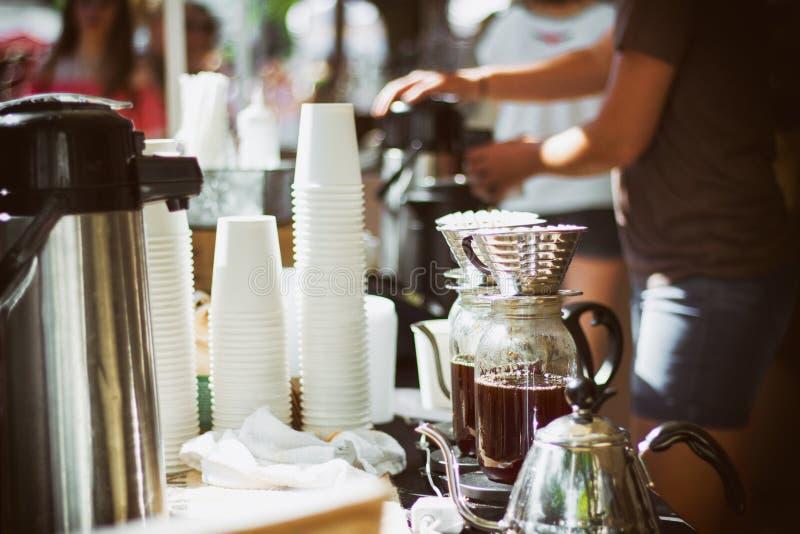 Koffiezetapparaat en koffie openlucht royalty-vrije stock afbeelding