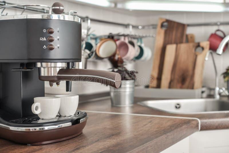 Koffiezetapparaat met twee koppen royalty-vrije stock afbeelding
